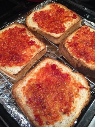 Extender una capa ligera de chili mermelada casera en cada rebanada (ver mi guía para chili mermelada)