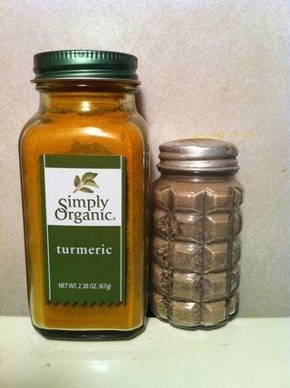 1/4 cucharadita de cúrcuma orgánica (más potente alimento antiinflamatorio natural) y la pizca de pimienta Negro para liberar cúrcuma a nuestros cuerpos.