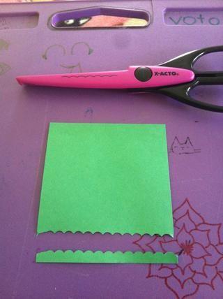 Cortar una tira delgada de su verde como se muestra. Usted puede usar cualquier tijeras que usted desee. Se ve bien con las tijeras en zigzag pero fuera de lugar mina :(