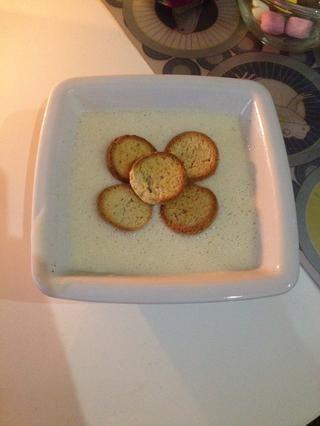 Servir frío (guárdelo en el refrigerador) con pequeñas galletas (en este caso el danés