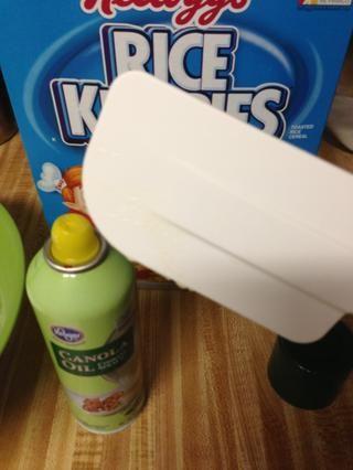 Tome el aceite en aerosol y una espátula de pulverización. Confía en mí ... esto le ahorrará un montón de tiempo en la limpieza al final.