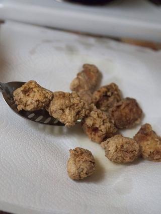 Cocine cada lote de pollo durante unos 6 minutos. Mientras se cocinan colocarlos en un plato cubierto de toallas de papel para drenar.