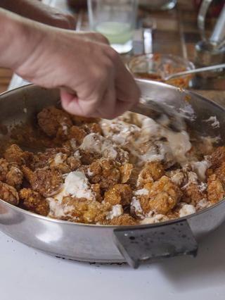 Revuelva la mezcla de yogur en la sartén y mezclar todo bien juntos.