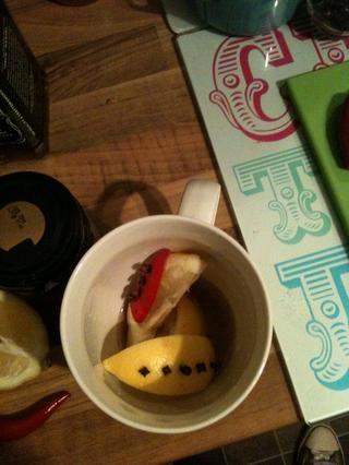 Coloque las rodajas de limón en otros.