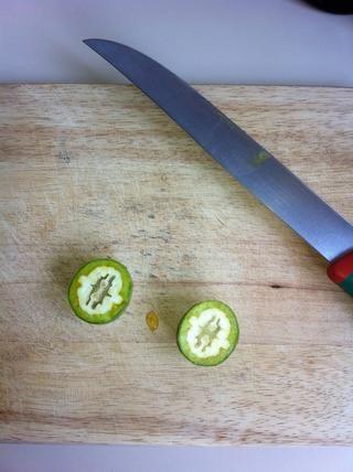 Recoger las nueces aún inmaduro. El shouldn tuercas't be already created. It should look like a gelatin.
