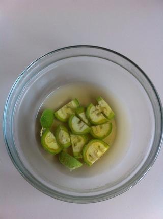 Añadir agua hirviendo y se deja permanecer durante una hora. Las nueces inmaduras son muy ricos en vitamina C y muy famoso en la cura de las impurezas de la piel.