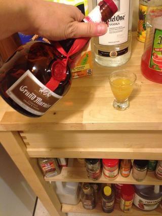 Verter licor de naranja en el vaso con jugo de naranja. Solía Grand Marnier.