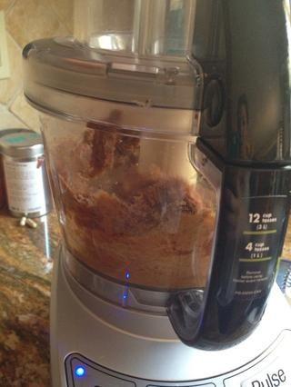 Se forma una bola. Añadir nueces picadas, la canela y la cúrcuma a la mezcla.