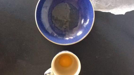 Separe las yemas de las claras de huevo.