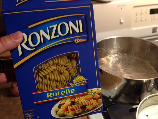 Añadir sal al agua hirviendo y luego la pasta