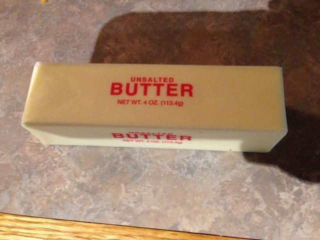 Coge una sartén y derretir la mantequilla a fuego med.