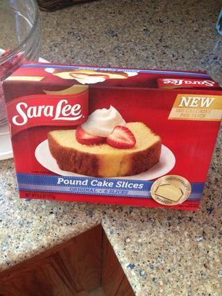 Usted tendrá que obtener sus rebanadas de pastel libra del congelador ahora y los puso sobre el mostrador, a temperatura ambiente, durante una hora.