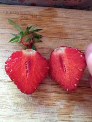 Cortar por la mitad ... ooh que's definitely a really ripe red-all-the-way-through strawberry!!!