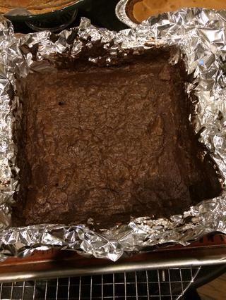 Y antes de que te des cuenta se realizan estas hermosas brownie! Dejar enfriar en el molde durante 15-20 minutos.