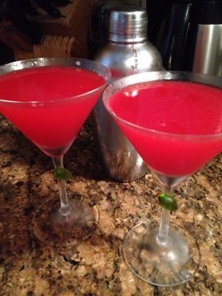 En una coctelera con hielo, mezclar 2/3 T jarabe de arándano, 3 T tequila plata, 2 T naranja licor jugo de 1 limón y unas gotas de néctar de agave (no triple sec!). Verter en copas de martini refrigerados. ¡Aclamaciones!