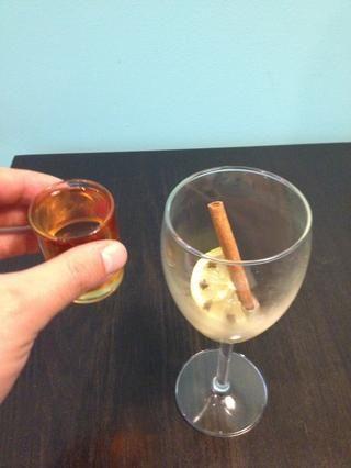 Añada 2 onzas de bourbon.