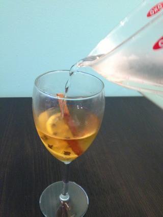 Llenar vaso con (no hirviendo) de agua caliente. Lo ideal sería que usted quiere añadir 8 oz, por lo que tiene una proporción de 4: 1 de agua caliente para el whisky.