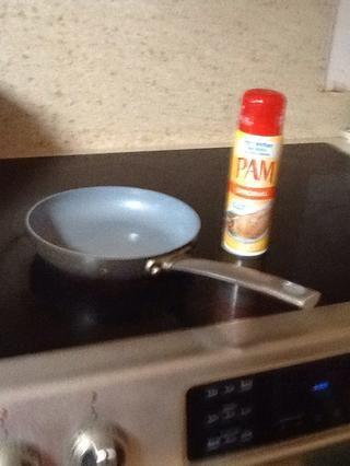 Rocíe la sartén con spray antiadherente y poner la estufa a fuego medio.