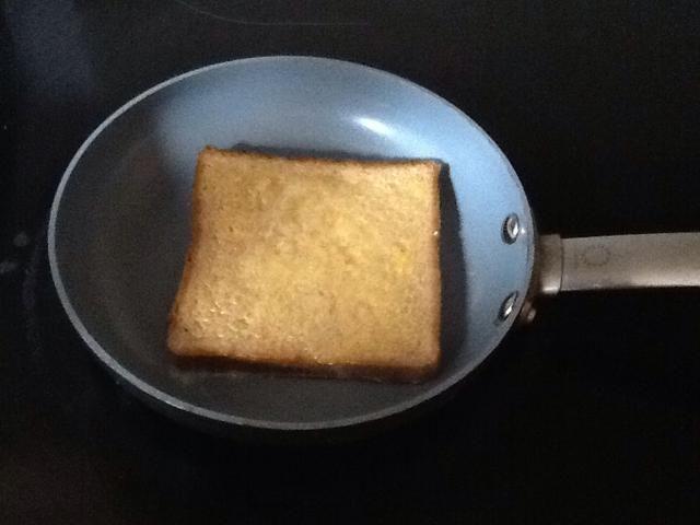 Deja tus tostadas francesas en la sartén y esperar a que el primer equipo para cocinar.