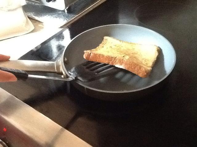 Voltear la tostada francesa cuando es ligeramente marrón y el huevo ha cocinado.