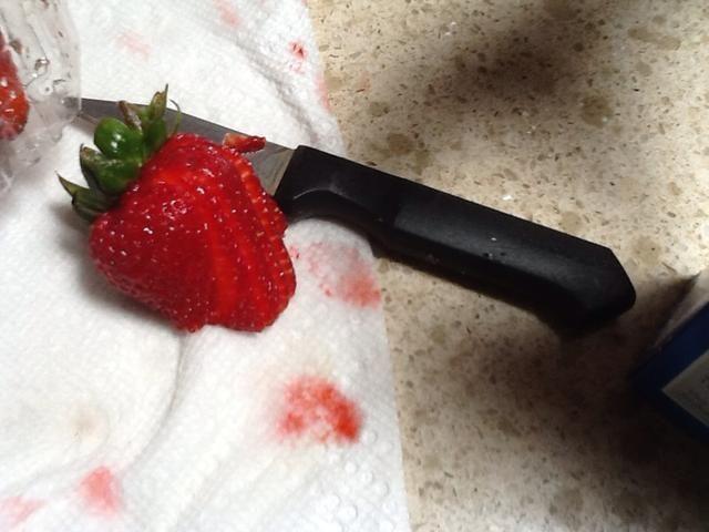 Cortar la fresa utilizando buena presentación. Póngalo en la placa como decoración.