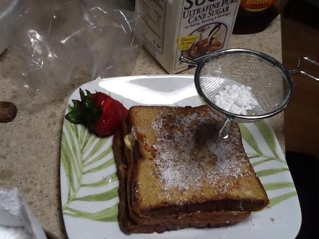Obtener un tamiz y tamizar el azúcar en polvo en el brindis.