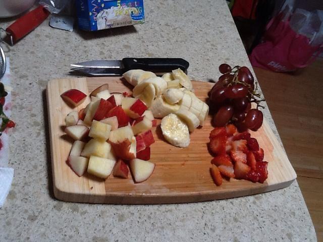 Cortar las frutas y agregarlos en un tazón. Va a usarlos tanto para el batido y la ensalada de fruta.