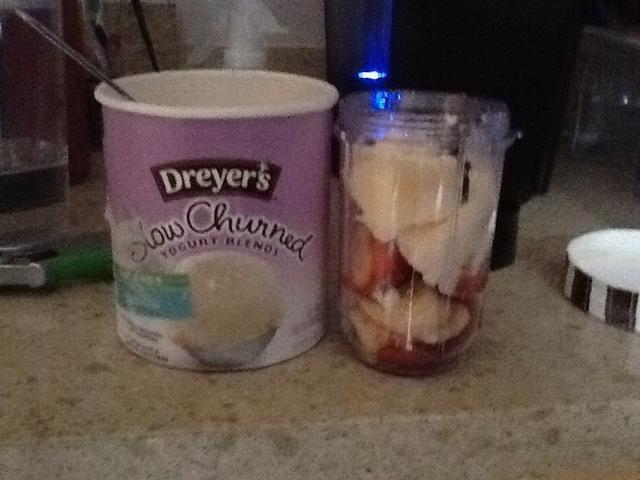 Agregue un poco de helado de yogur bajo en grasa a la licuadora.