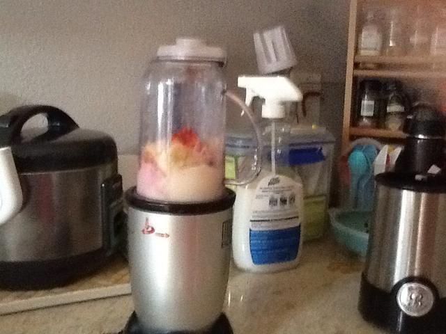 Licuar las frutas y yogur.