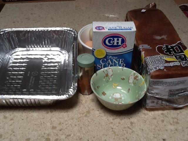 Estos son los ingredientes que usted necesita para hacer su tostada francesa: huevos, pan, azúcar en polvo y la canela. Necesitas un tazón pequeño y una gran cacerola colocar el pan en.