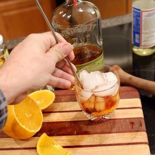 Remover con una cuchara de bar durante unos segundos. Haga girar toda la mezcla de hielo y la bebida en un círculo sin aplastar el hielo frente a la cuchara en el centro y dejar girar libremente en la mano.