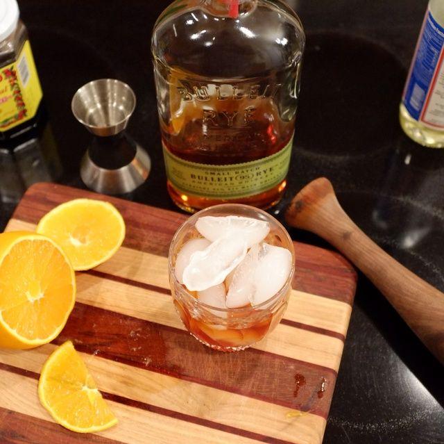 Ahora, agregue el hielo hasta el borde de la copa. Waterford cortadas a mano de cristal pasada de moda no es necesario, pero puede hacer que se sienta más elegante.