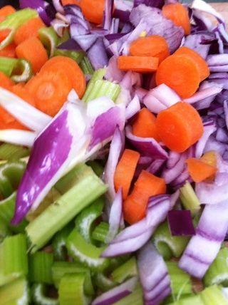Picar las zanahorias cebolla y apio mientras que la ternera se dora