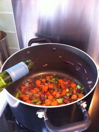 Una vez que las verduras se doren añadir el vino blanco y dejar que se evapore durante unos minutos