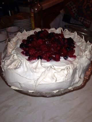 Agregue fruta a la crema y servir. Tenga en cuenta - usted puede añadir lo que quieras a la Pavlova - utilizamos frutas de verano, este es mi mamá's recipe and a family favourite!