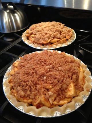 Paso 6: llenar de su relleno favorito. Decidí hacer una tarta de manzana con las manzanas que elegimos el fin de semana. Añadir la canela y el azúcar morena a la masa restante y se desmoronan en la parte superior del relleno de la empanada.