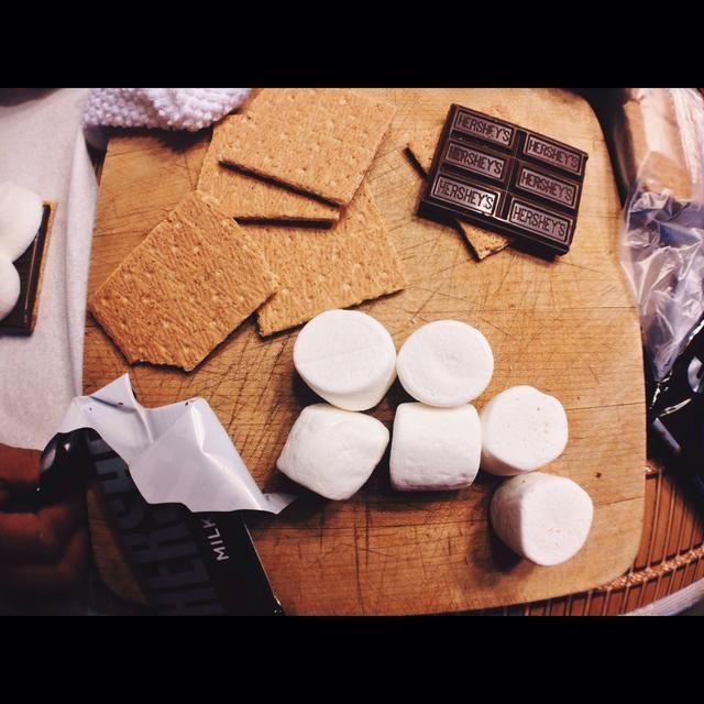 Luego, coloque la barra de chocolate de la parte superior de la galleta graham.