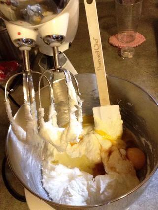 Agregar los huevos y la vainilla.