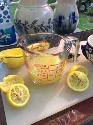 Exprima 1 taza de jugo de limón.