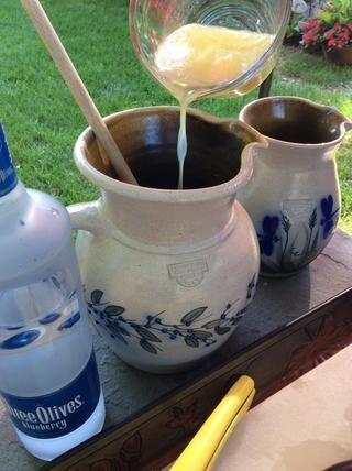 Añadir 1 taza de jugo de limón recién exprimido a su lanzador favorito.