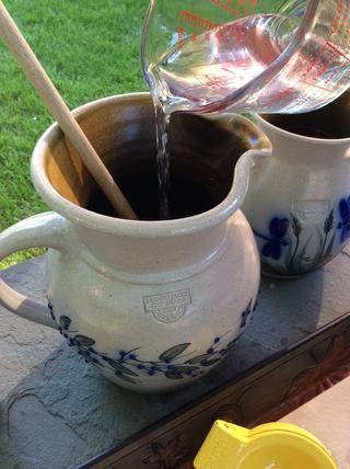 Agregar 2 tazas de agua fría ...