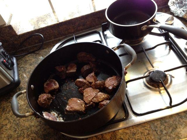 Empezar a cocinar el canguro en aceite de oliva virgen extra, mientras que ...