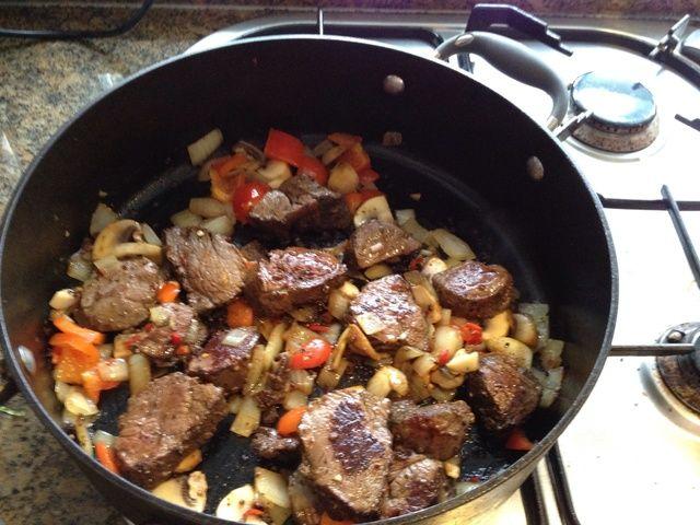 Después de cocinar la mezcla a su gusto, mala todo en la misma sartén con el canguro. El canguro debe ser medio raro en esta etapa (don't over cook it as it gets tough straight away)