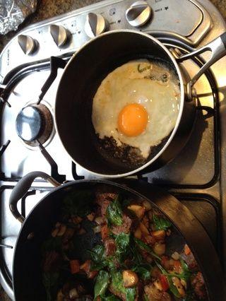 Freír un huevo en la sartén que acaba de usar para cocinar la cebolla, champiñones, pimiento mezcla