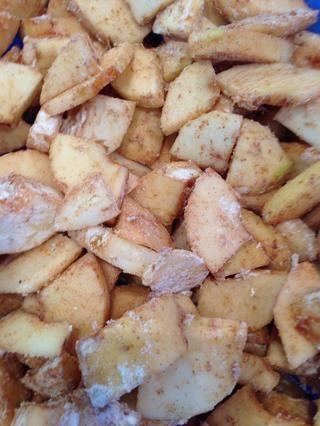 Este recubrimiento harina ayudará a producir un precioso salsa de manzana de espesor en el interior del pastel, y detener la base de repostería de conseguir empapado. A nadie le gusta un fondo empapado !!