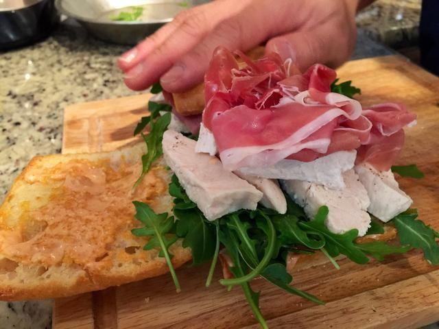 Añadir un chorrito de aceite de oliva, sal y papel negro para el bocadillo, antes de añadir la parte superior del pan para el bocadillo.
