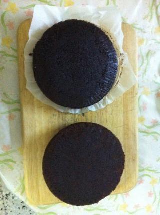 Después de la cocción, dejar que los pasteles se enfríen en una rejilla de alambre durante 30 minutos, luego invierten fuera de la sartén y deje que se enfríe completamente. Entonces congelarlo durante y horas, la congelación se hace más fácil a ICE ella.