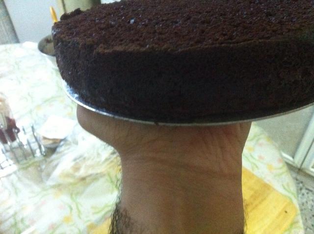 Se quita la parte superior para que sea nivelado, y si usted tiene uno de esos cartones pastel de 8 pulgadas, entonces eso hará que el transporte de la torta de la plataforma giratoria a la placa de la porción de una brisa.
