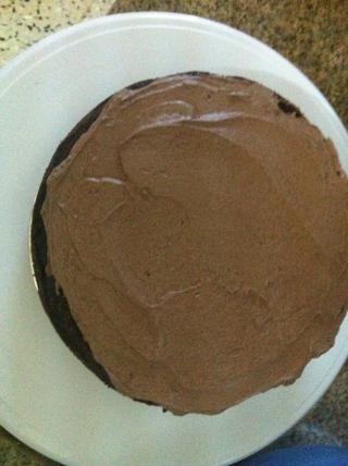 Corre un tercio de ella en la primera capa de la torta, ayuda si usted tiene un tocadiscos torta spining.
