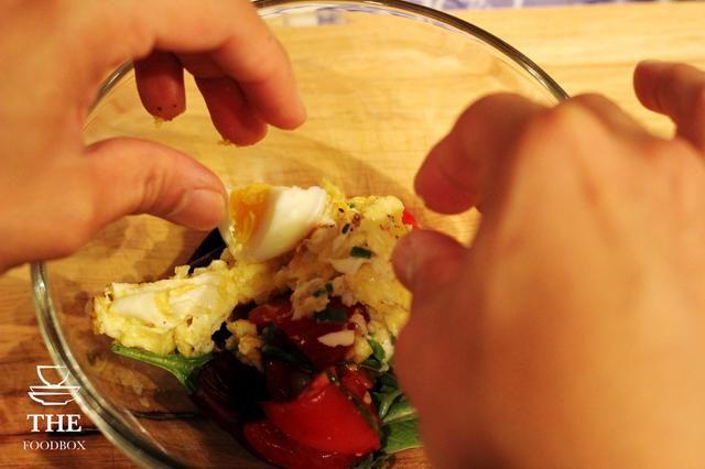 Añadir los huevos pasados por agua adentro también.